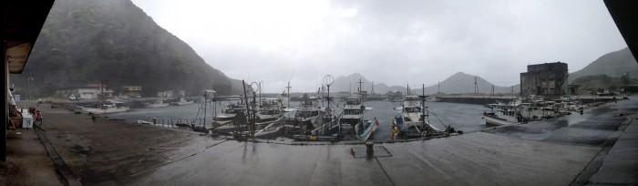 嵐の一湊漁港