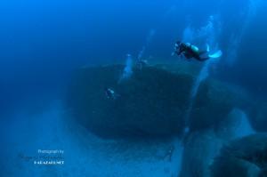 永田灯台下は花崗岩の巨大な一枚岩がゴロゴロ転がってる